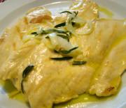 Petti di pollo marinati con olio, limone e cipolla