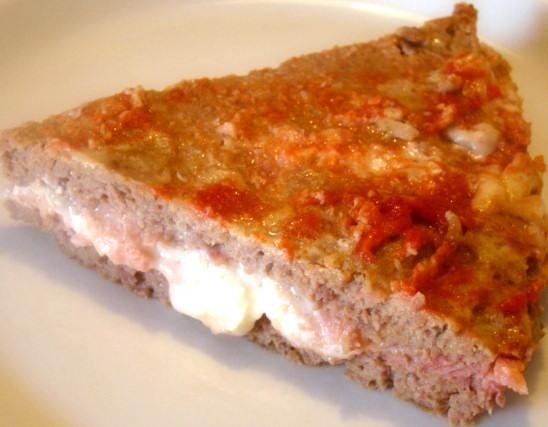 Pizza di carne con prosciutto e formaggio