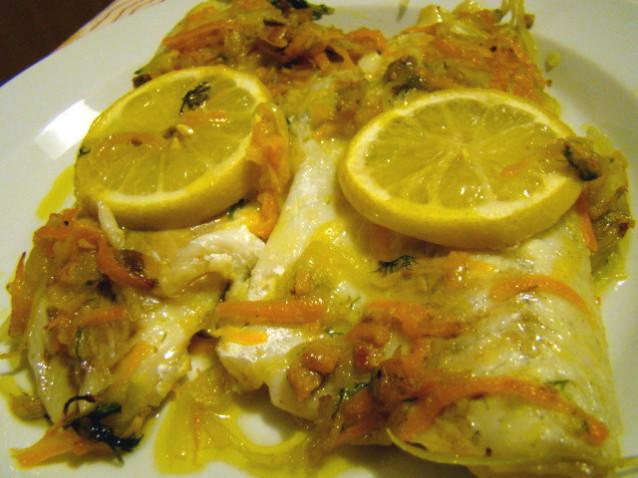 Filetti di spigola con sedano e cipolla