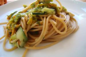 Spaghetti con fiori di zucca e zucchine