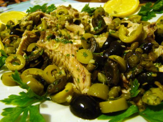 Palamita con olive, acciughe e capperi