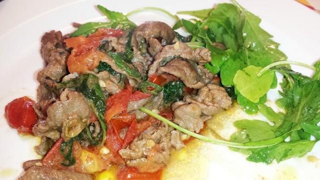 Straccetti di carne d'asino con rucola e pomodorini