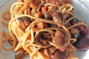 Spaghetti, melanzane e olive