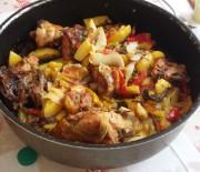 Pollo marinato cotto in forno con patate e peperoni